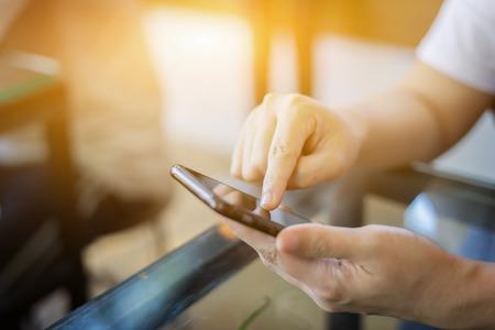 현대 장치를 사용하는 사업가 디지털 태블릿 컴퓨터 및 모바일 스마트 전화, 비즈니스 개념, 선택적 포커스, 빈티지 컬러를 사용하는 학생 소녀 스톡 콘텐츠