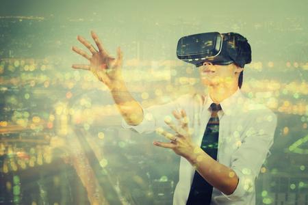 Doppel-Exposition Mann mit virtuellen Realität in modernen Coworking Studio. Smartphone mit VR Box 3D Virtual Reality Brille Headset, Vintage Farbe