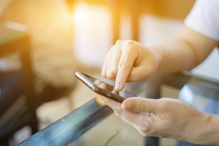 En ligne bancaire de paiement de la technologie de réseau de communication internet outils sans fil de développement application de synchronisation de smartphone mobile: Femme d'affaires tenant un téléphone intelligent pour paiement en ligne ou de magasinage, couleur vintage