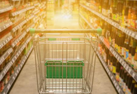 デパート背景のボケ味のトロリー、スーパー マーケット、ヴィンテージ色でショッピングカートの抽象的なぼやけた写真