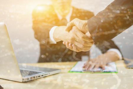 좋은 직장, 거래 인감, 성공적인 사업, 악수, 사업가 함께 가입, 좋은 agreement.two 사업 사람들이 서있는 작업 장소, 선택적 포커스, 빈티지, 이중 노출 서 스톡 콘텐츠