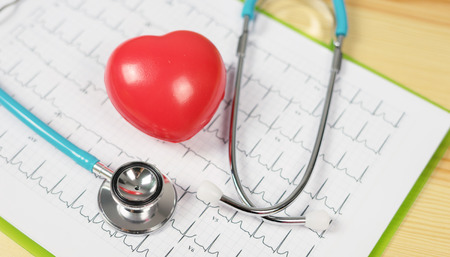 Cardiogramma della testa e del cuore dello stetoscopio sul cuscinetto della lavagna per appunti. Assistenza cardioterapica, medico per cardiofrequenzimetro, cardiofrequenzimetro, aritmie pacemaker, concetto di assistenza sanitaria medica