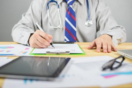 男性医師、外科医、看護師、処方箋、診療、医療と医療コンセプト、テスト結果、ヴィンテージカラー、セレクティブ フォーカスの書き込み、クリ 写真素材