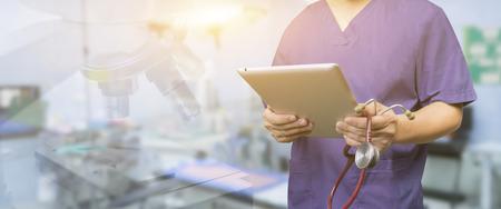 男性医師、医学生や患者、テスト結果とデータ登録、選択と集中のデジタル システム サポートと健康チェック、会議中にタブレットとラップトップ