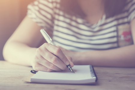 Étudiant, main, stylo, stylo, écriture, faire, examen, université, étudiants, uniforme, fréquenter, examen, classe, école, école: jeune, étudiante, écrit, information, portable, net-book