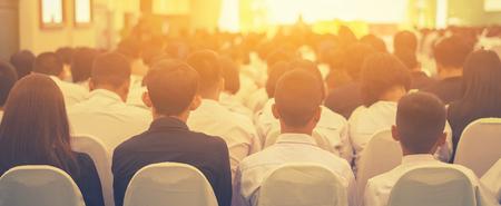 학생 회의에서 연설을 듣고 스피커를 듣고 회의 마케팅 계획입니다. 회의장에서 관객입니다. 사업가 및 Entrepreneurs.unrecognizable 사람들, 빈티지 색상, 선