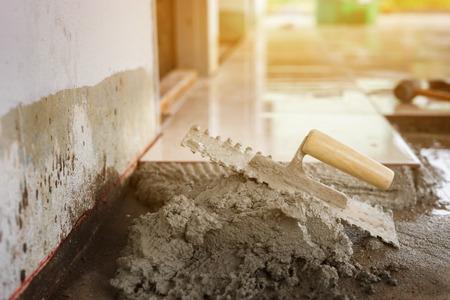 クローズ アップ産業煉瓦工建設現場、選択と集中でレンガをインストールの詳細