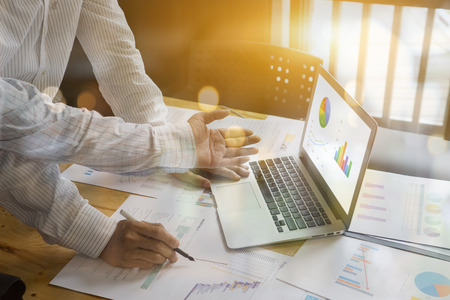 Teamwork concept, man en vrouw opereren op kantoor met samenwerking of participatie, projectmanagers ontmoeten een business team dat werkt met een nieuwe startup. Analyseer bedrijfsplannen Stockfoto