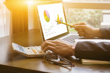 Geschäftsmann Analyse Investition Charts mit Taschenrechner Laptop. Buchhaltung und Technologie in office.Business, die im Büro mit Laptop, Analysieren plans.selective Fokus, Jahrgang Farbe