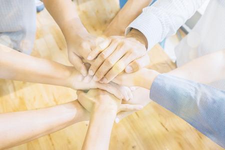 Teamwork-Konzept.Business-Team stehend Beitritt Hände zusammen in das Büro.Group of Diverse Multiethnischen Partnerschaft Partizipation. selektiven Fokus, Vintage Farbe