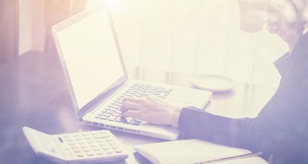 Geschäftsfrau mit Tablet-Computer-Net-Buch und Kaffee trinken oder Tee in einem Café, freiberufliche Frau mit einem Laptop während einer Kaffeepause, während der Arbeit in einem Café, selektiven Fokus, Vintage-Farbe