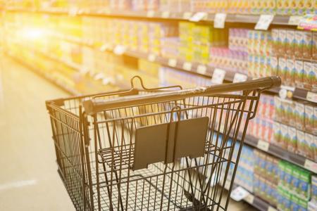 Astratto foto sfocata di carrello in grande magazzino bokeh sfondo, carrello di spesa in supermercato, colore d'epoca