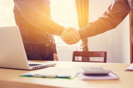 비즈니스 파트너십 마케팅 개념입니다. 이미지 businessmans 악수입니다. 좋은 deal.vintage 색상 후 성공적인 사업가 핸드 셰이 킹, 함께 시작 아이디어를 논