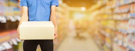 online winkelen en bestelconcept, koerierspakket voor koeriersdiensten naar huis, Producten en diensten modekleding. voor banner uw can advertentietekst voor adverteren