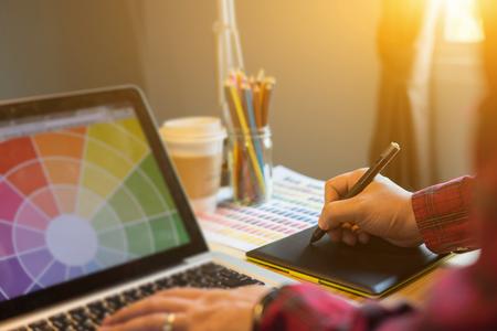 인터랙티브 펜 디스플레이, 디지털 그리기 태블릿 및 펜 컴퓨터로 작업 그래픽 디자이너, 아티스트 크리 에이 티브 디자인 일러스트 레이 터, 책상에서 스톡 콘텐츠