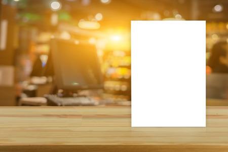 Bespotten Menu lijst op tafel in Bar restaurant cafe, staan voor boekjes met witte vellen papier acryl tafel tent kaart mockup op houten tafel op café teria, kan worden gebruikt voor montage of weergave Stockfoto