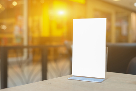 , 바 레스토랑에서 테이블에 메뉴 프레임을 모의 식당 흐리게 배경에 종이 아크릴 텐트 카드의 흰색 시트와 책자 스탠드 스톡 콘텐츠