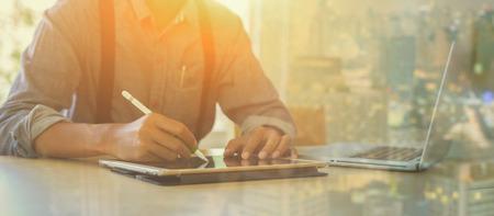 Mâle, directeur, mettre, sien, idées, écriture, plan d'affaires, utilisation, numérique, tablettes, lieu de travail, homme, tenue, stylos, papiers, prendre, notes, documents, table, couleur