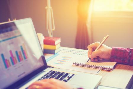 비즈니스 사람 (남자) 재무 관리자 및 비서 만드는 보고서, 계산 또는 균형을 확인합니다. 내부 수익 서비스 관리자 랩톱으로 문서를 검사합니다. 비즈