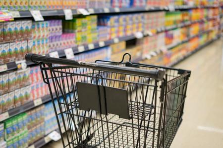 Samenvatting vage foto van karretje op warenhuis bokeh achtergrond, boodschappenwagentje in supermarkt, uitstekende kleur