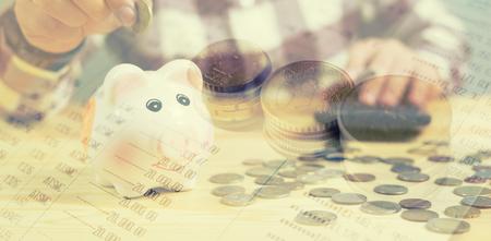 二重露光、紙の上のコイン オフィスで働く、お金、家、ビジネス グラフ財政声明本銀行株式マーケティング ・ ドキュメントを議論する金融と関係