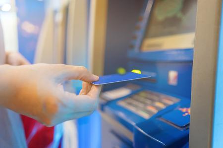 手を撤回する銀行のマシンに挿入の ATM カードの人々 は、money.vintage 色の受信キューで立ってください。 写真素材 - 80621833
