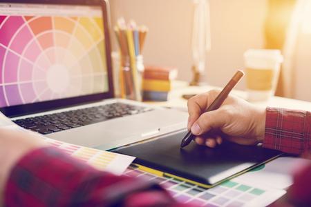 conseiller en design graphique consultant jeune designer en salle de classe. enseignant et jeune étudiant discutent de nouveau projet de design graphique, mise au point sélective, ton Vintage