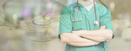 Cirujano posando con los brazos cruzados con estetoscopio en un quirófano, sala quirúrgica, éxito médico inteligente, atención médica y médicamente necesario, doble exposición, banner de fondo Foto de archivo - 80699876