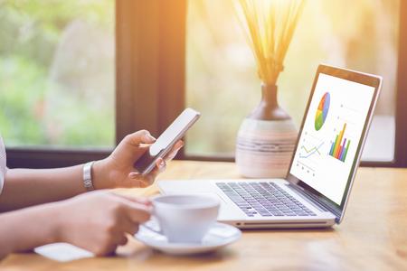 Banca en línea de pago de la tecnología de la red de comunicación de desarrollo de herramientas inalámbricas de Internet smartphone móvil aplicación de sincronización: Mujer de negocios la celebración de teléfono inteligente para el pago en línea o compras, color vintage