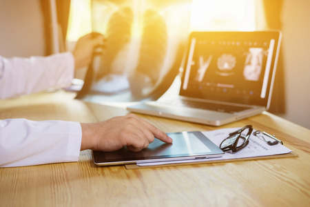 Männliche Medizin Arzt erklärt, Patienten-Diagnose zeigt mit Tabletten zu Röntgenbild. Patienten hören sorgfältig Fachempfehlungen. Medizinische Versorgung Konzept. Radiologe oder Traumatologe Lizenzfreie Bilder