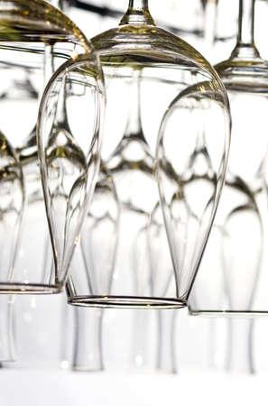 Un montón de vasos de vino en el blanco Foto de archivo