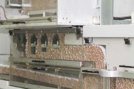 una gran cantidad de cigarrillos en una fábrica de tabaco Foto de archivo