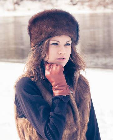 Retrato de una chica hermosa en un sombrero de piel