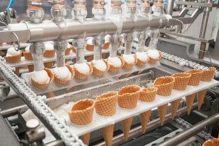 Preparación del helado en fábrica Foto de archivo