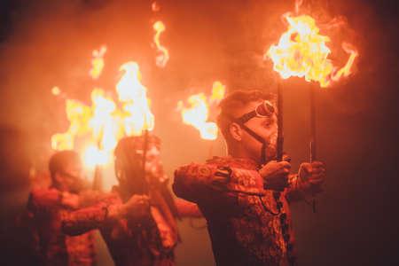Belleza espectáculo de fuego en la oscuridad