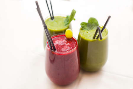 Healthy green and red smoothies - superfoods, detox, diet, health, vegetarian food concept Foto de archivo