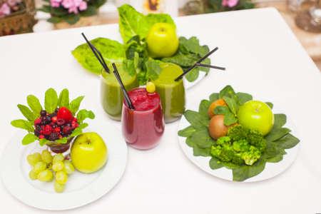 Smoothies e ingredientes sanos verdes y rojos - superfoods, desintoxicación, dieta, salud, concepto de comida vegetariana Foto de archivo