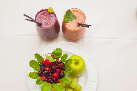 Saludables smoothies rojos e ingredientes - superfoods, desintoxicación, dieta, salud, concepto de comida vegetariana