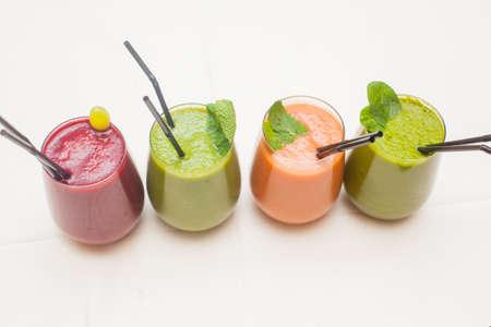 Rojo y verde batidos saludables en la mesa