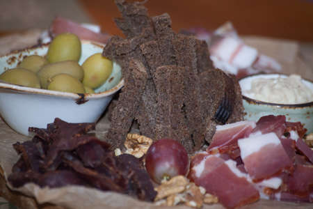 Italian antipasti wine snacks set. Brushettas variety. Foto de archivo