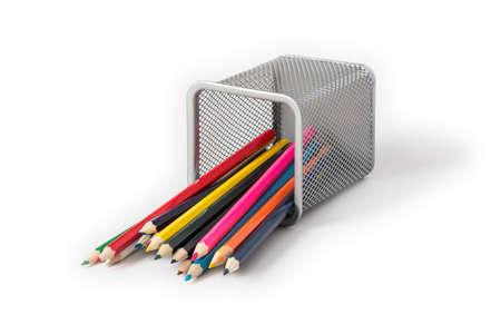 boîte de bijoux couché sur son côté et crayons colorés dispersés