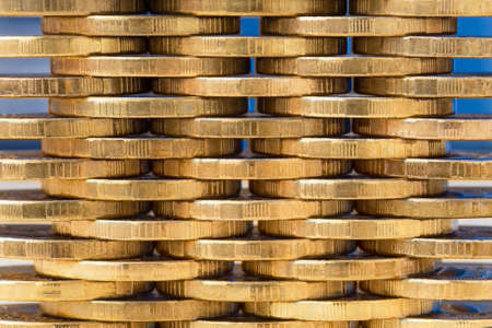 Stacks of yellow coins stacked in staggered order, closeu Banco de Imagens