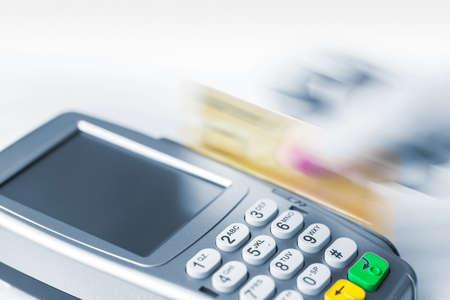 Paiement par carte de crédit avec une bande magnétique. Mouvement, dynamique. Banque d'images