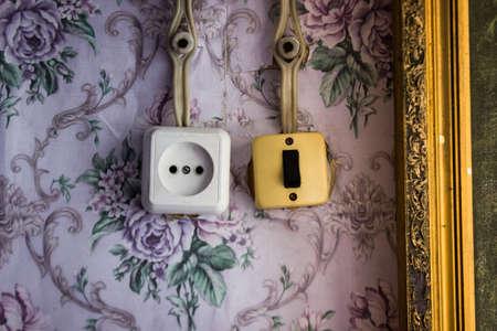 enchufe de luz: un viejo interruptor de luz y un enchufe de alimentación con el cableado de edad Foto de archivo