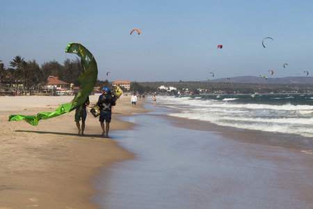 water s edge: Kite surfers in mare