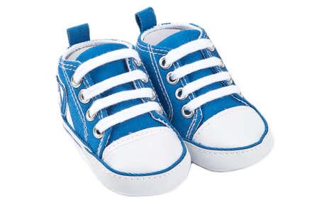 zapata: Zapatos de beb� azul aisladas sobre fondo blanco  Foto de archivo