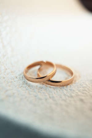 caras emociones: classic gold wedding rings on a white background Foto de archivo
