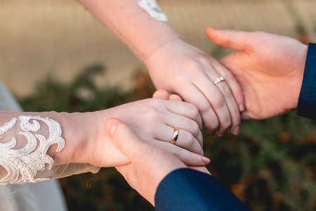 Verliefde paar hand in hand met ringen Stockfoto