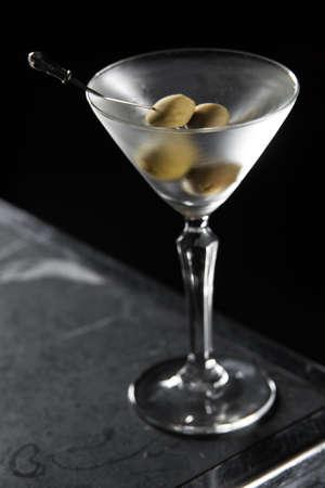 Cocktail Martini sec sur un bureau de bar. fond noir