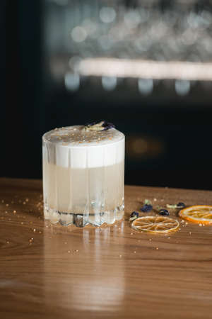Cóctel Pisco Sour en un mostrador de bar. Foto de archivo